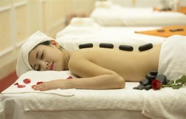 Massage thải độc cơ thể với đá nóng