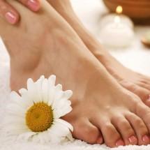 Massage chân với đá nóng
